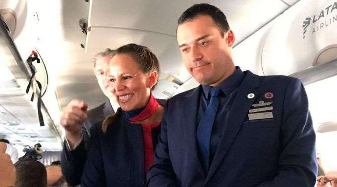 Surpresa! Papa celebra matrimônio de tripulantes durante voo no Chile