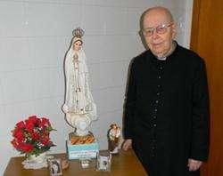Pe. Gabriele Amorth em seu pequeno escritório em Roma