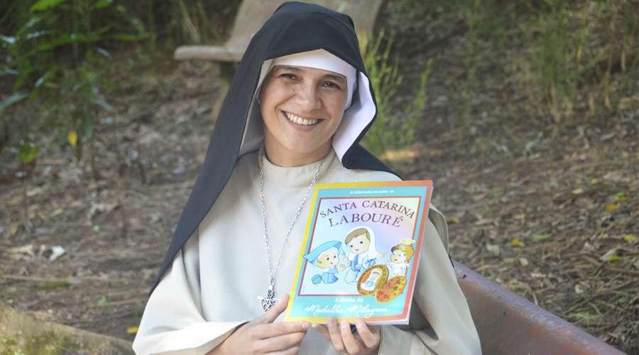 Religiosa lança livro ilustrado sobre Santa Catarina Labouré