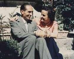 Santa Gianna Mola e seu esposo Pietro, sentados abracados