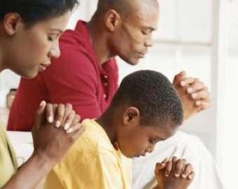 Resultado de imagem para orando devotamente