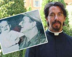 O neto de John Wayne, Pe. Mateo Múñoz, e uma foto dos dois juntos anos atrás