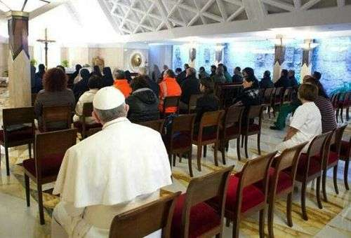A foto do Papa Francisco como um fiel mais na capela da Santa Marta comove o mundo