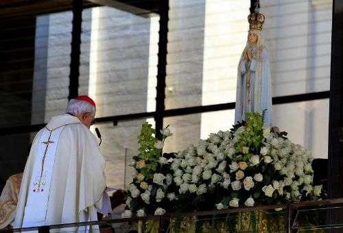 O Cardeal Policarpo consagra o pontificado do Papa Francisco à Virgem da Fátima em Portugal