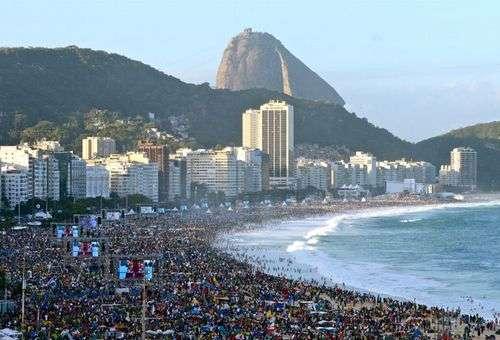 Milhões de jovens na Praia de Copacabana para participar da Vigília da JMJ. Foto: News.va