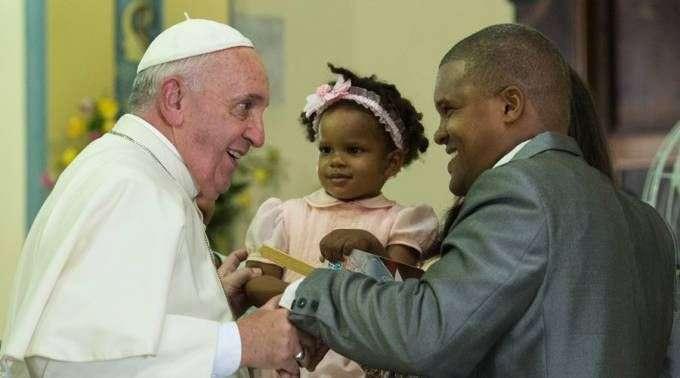 Resultado de imagem para Papa Francisco com uma família