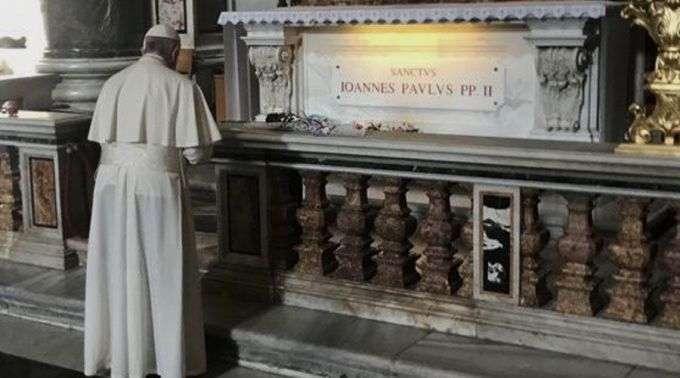 Papa Francisco Reza Diante Do Túmulo De São João Paulo II